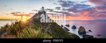 Vue panoramique du lever du soleil à Nugget Point, Catlins, Otago, dans l'île Sud de la Nouvelle-Zélande. Banque D'Images