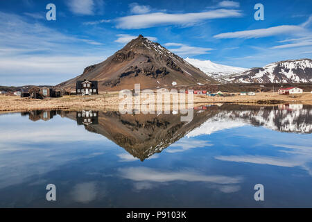 La montagne Stapafell reflète dans une piscine à Arnarstapi sur la péninsule de Snæfellsnes, l'Islande. Banque D'Images
