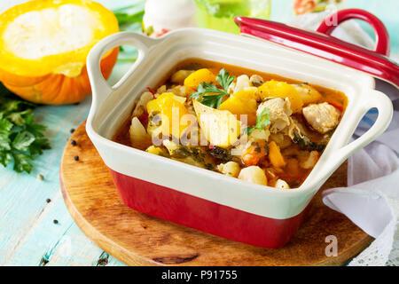 Ragoût de dinde à la citrouille, les légumes et les épices dans un bol sur une table en bois dans un style rustique. Le concept de grâce de la nourriture. Banque D'Images
