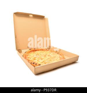 Quattro formaggi pizza dans la boîte en carton isolated on white Banque D'Images