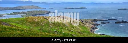 Belle vue sur la baie de Derrynane sur l'Iveragh. Pittoresque célèbre Ring of Kerry route de l'Irlande. Îles Rocheuses situé dans une mer bleu forment un na Banque D'Images