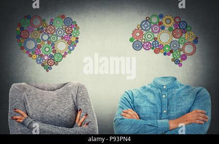 Choisissez entre le cœur et l'esprit. Incognito l'homme et de la femme avec les mains croisées et appelée cerveau cog et le symbole du coeur au lieu de tête. Les droits de caractère, emoti Banque D'Images