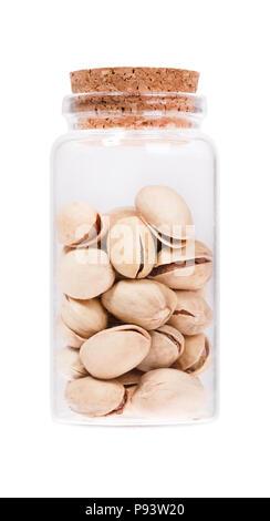 Les pistaches dans un flacon en verre avec bouchon en liège, isolé sur whit Banque D'Images