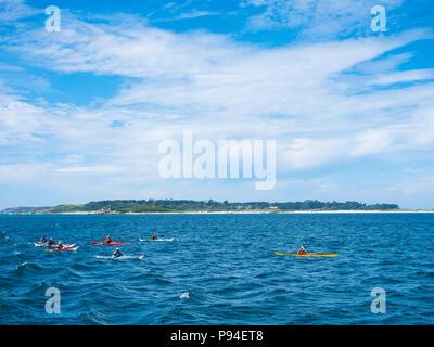 Un groupe l'aviron dans le canoë, Îles Scilly. Banque D'Images