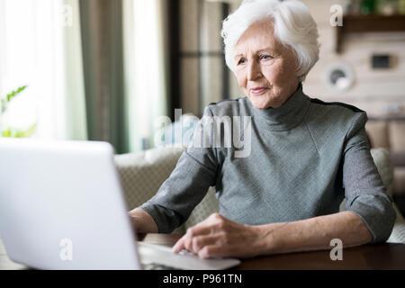 Senior woman using laptop Banque D'Images