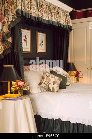 cantonnières floral et rideaux verts sur lit à dais avec linge blanc