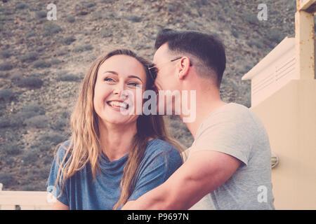 Beau jeune couple race blanche l'amour flirt et profiter du temps ensemble romantique sur la terrasse donnant sur la montagne backgorund naturel. le bonheur et rel Banque D'Images