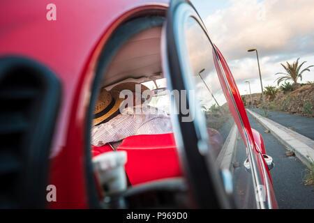 Love kiss capturée à partir d'une voiture en verre. deux l'homme et la femme s'embrasser avec amour et de célébrer une vie ensemble à jamais. Voyages et vacances. personnes enj Banque D'Images
