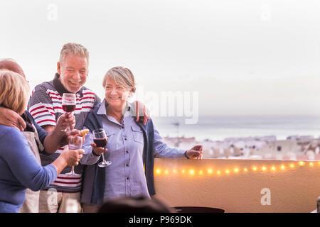 Célébration en plein air de l'événement pour un groupe de personnes adultes. drkinking vin dans le toit-terrasse avec belle vue sur l'arrière-plan. bonne vie togethe Banque D'Images
