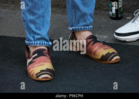 ... MILAN - le 18 juin   l homme avec des chaussures en tissu ethnique en ed079ac0576