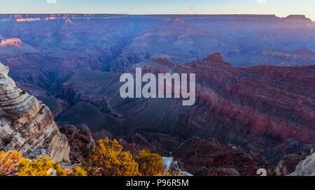 Lever du soleil au Grand Canyon, Arizona Mather Point sur un matin ensoleillé à l'automne