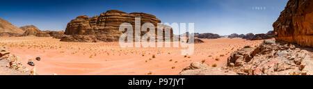 Vue panoramique à partir de Lawrence's Castle Rock cliff dans un désert le désert de Wadi Rum, la vallée de la Jordanie, Moyen-Orient Banque D'Images