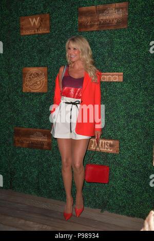 MIAMI, FLORIDE - 15 juillet: Christie Brinkley assiste à la Sports Illustrated Swimsuit 2018 show à PARAISO durant la Semaine de Miami nager à l'hôtel W South Beach le 15 juillet 2018 à Miami, Floride Personnes: Christie Brinkley