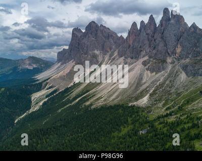 Drone aérien photo de Santa Magdalena Maddalena St Val di Funes dans les Dolomites Alpes italiennes avec Furchetta pic de montagne dans l'arrière-plan Banque D'Images