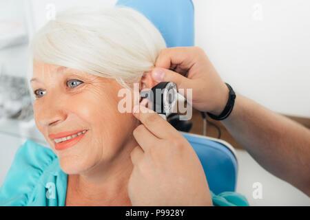 Patient âgé lors d'un examen de l'oreille Banque D'Images