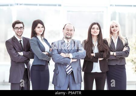 Portrait d'homme et de l'équipe entreprises debout avec les bras croisés en face de lui Banque D'Images