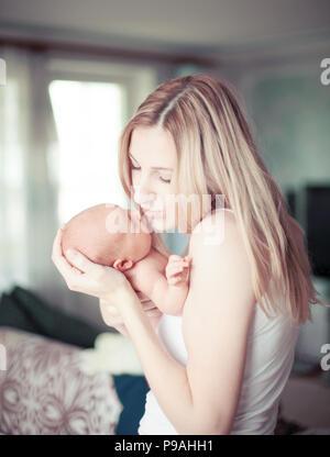 Heureuse mère tenant un enfant nouveau-né Banque D'Images