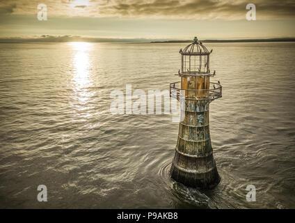 Une antenne de droit de Whiteford phare au coucher du soleil. Maintenant désaffectée en dehors d'elle d'être un grand repos pour les cormorans. Banque D'Images