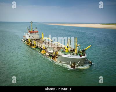 Sospan l'unité d'une antenne de droit d'un navire de dragage au large de la côte de Cefn Sidan dans le sud-ouest du pays de Galles . Banque D'Images