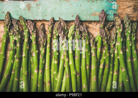 L'asperge verte crue crue sur plateau en bois rustique background, close-up Banque D'Images