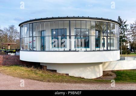 DESSAU, ALLEMAGNE - 30 mars 2018: Le Bauhaus Kornhaus bâtiment conçu par l'architecte Carl Fieger en 1930 est un chef d'oeuvre de l'architecte moderne énumérés Banque D'Images