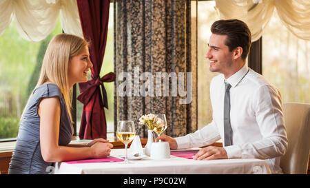 Couple heureux ont beaucoup de temps au restaurant Banque D'Images