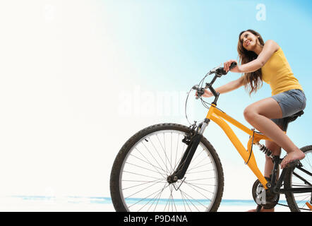 Young woman riding bicycle Banque D'Images