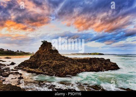 De soleil colorés dans les nuages et les eaux autour de falaises de grès de plage de Bombo Kiama de l'Australie - côte du Pacifique. Banque D'Images