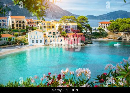 Dans la baie de couleur turquoise de la mer Méditerranée avec de belles maisons colorées à Assos village de Kefalonia, Grèce Banque D'Images
