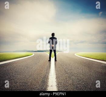 Choix d'un homme à la croisée des chemins. Notion de décision Banque D'Images