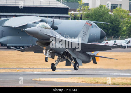 Lockheed Martin F-16 Fighting Falcon fighter jet de l'US Air Force au Farnborough International Airshow, FIA 2018. General Dynamics F16 décollant avec Brume de chaleur. USAFE Lockheed Martin F-16C Fighting Falcon du 480e Escadron de chasse de Spangdahlem Allemagne