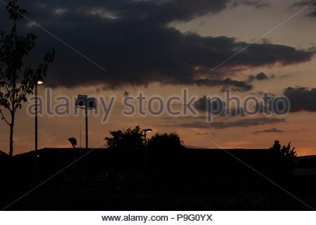 Paysage urbain - une ville d'Essex au coucher du soleil avec de délicates nuances de couleur et de lumière visible dans le ciel. Essex, Angleterre Banque D'Images