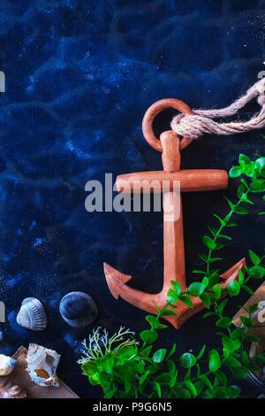 L'ancrage et l'algue dans une vie encore sous-marine sur un fond sombre avec de l'eau. Voyages en mer et plongée sous-marine concept avec copie espace Banque D'Images