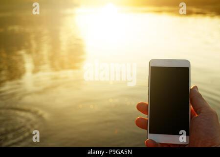 Téléphone en main pour hommes en plein air Banque D'Images