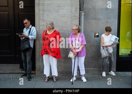 09.06.2018, Berlin, Allemagne, Europe - Les personnes sont considérées en attente à un arrêt de bus en face de l magasin KaDeWe à Berlin. Banque D'Images