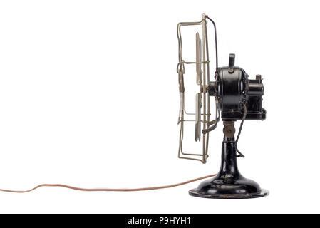 Vue latérale d'un ventilateur vintage sur fond blanc Banque D'Images