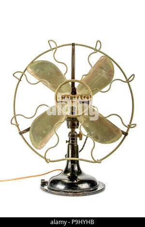 Vue de face d'un ventilateur vintage sur fond blanc Banque D'Images
