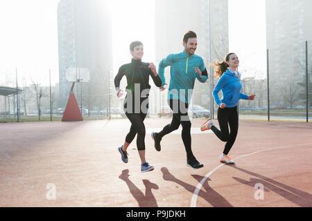 Groupe d'amis de la formation sportive déterminée remise en forme bien positionné en couverture Banque D'Images
