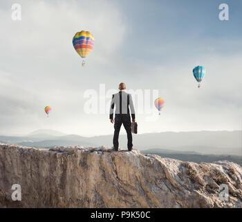 Businessman regarde loin à l'avenir de l'entreprise Banque D'Images