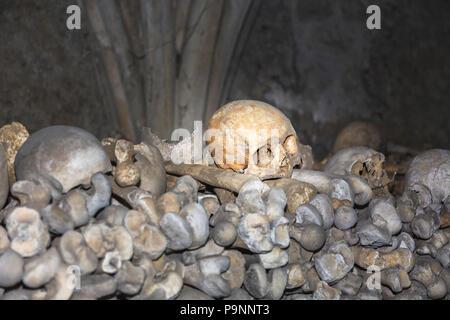 Église St Leonard's dans la ville de Cinque Port Hythe, dans le Kent contient un ossuaire inhabituelle avec des tas de crânes humains et des os