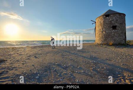 Jeune fille sur la plage de sunset à Lefkada Banque D'Images