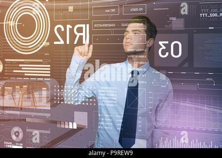 L'attention. Développeur web expérimenté intelligent de toucher les icônes sur l'écran et s'intéressent à la Banque D'Images