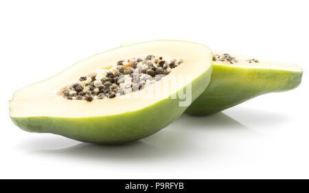 Tranches de papaye (papaye, papaye) isolé sur fond blanc deux moitiés chair orange avec des graines noires Banque D'Images