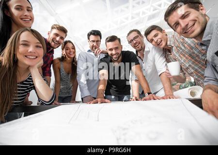 Groupe de jeunes architectes travaillant en collaboration Banque D'Images