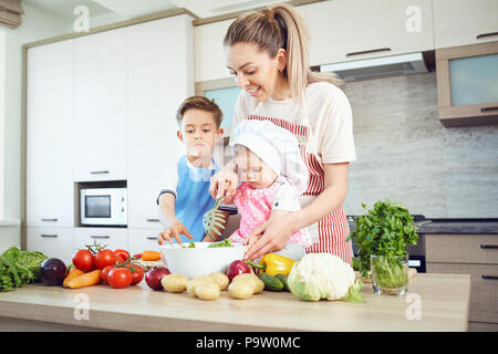 La mère et l'enfant sont la cuisson dans la cuisine Banque D'Images