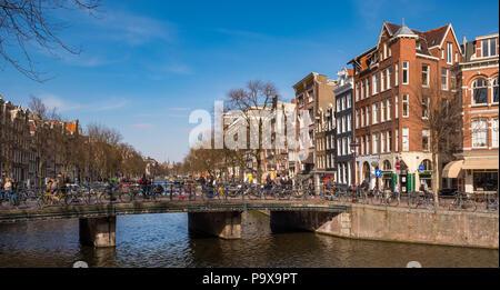 Nombreux vélos sur un pont surplombant un canal à Amsterdam, Pays-Bas, Europe Banque D'Images