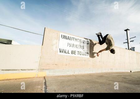 Longueur totale shot of male parkour saut de mur faisant l'athlète Banque D'Images