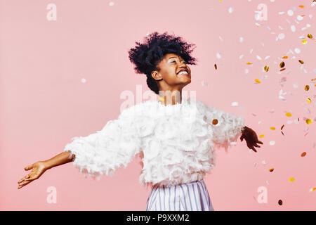 Un moment magique - Portrait d'une très bonne fille avec les bras, smiling, portrait Banque D'Images