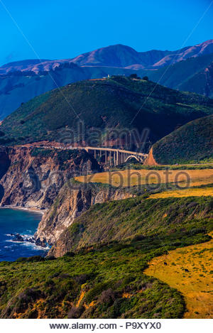 Donnant sur le pont Bixby d'Hurricane Point le long de la côte de Big Sur entre Carmel Highlands et Big Sur, Californie, États-Unis. Banque D'Images