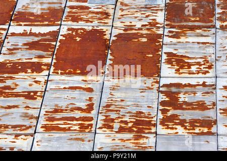Joints de feuilles métalliques, dont le toit de l'immeuble est faite, une partie de la surface du métal est oxydé et rouillés, closeup Banque D'Images